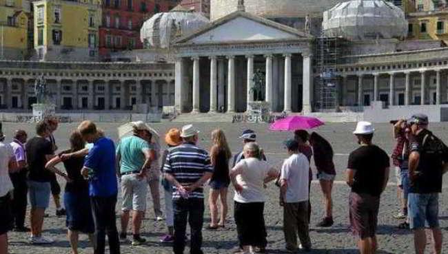 Video. Turisti giapponesi puliscono Napoli. I commenti dei napoletani