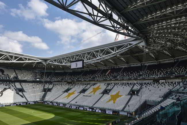 Il giudice sportivo ha squalificato la curva sud della Juventus per i cori contro i napoletani. Ai bianconeri anche una multa da 10mila euro.