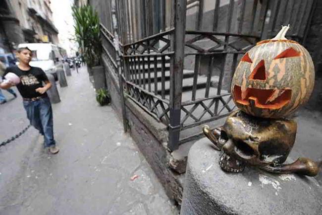 Il Napoli si allena ad Halloween. Che sfida tra zucche e punizioni...