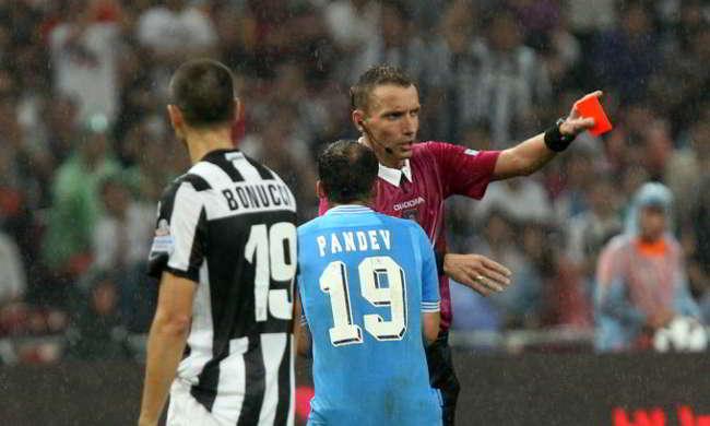 Clamoroso: Chiellini istruisce Mazzoleni durante Milan-Juventus