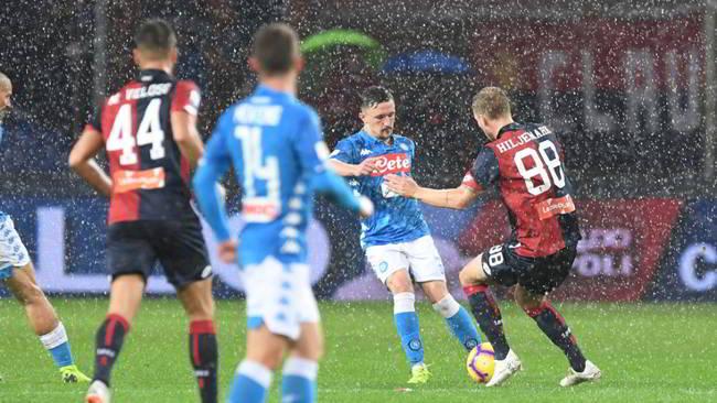 Genoa Napoli 1-2 . Gli azzurri di Ancelotti vincono la gara più difficile della stagione contro il Genoa e contro la pioggia di Marassi