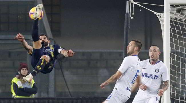 Il Napoli a +8 sull'Inter. Gli azzurri aumentano il vantaggio sulla terza. Al 91′ Pellisier punisce i nerazzurri regalando il pareggio al Chievo.