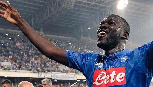 Koulibaly ha rinnovato con il Napoli. Il difensore senegalese ha firmato un prolungamento da 6 milioni di euro netti, senza clausola rescissoria.