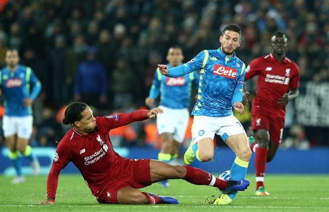Le ultime sul Napoli. Mertens acciaccato dopo il duro intervento di Virgil van Dijk . Milik scalpita per fare coppia con Lorenzo Insigne.