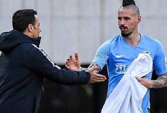 Hamsik perde contro Cannavaro. Bellissimo gesto nel dopo gara