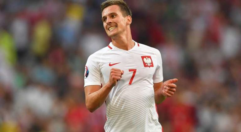 Polonia, Milik e otto giocatori infetti. Allarme epidemia