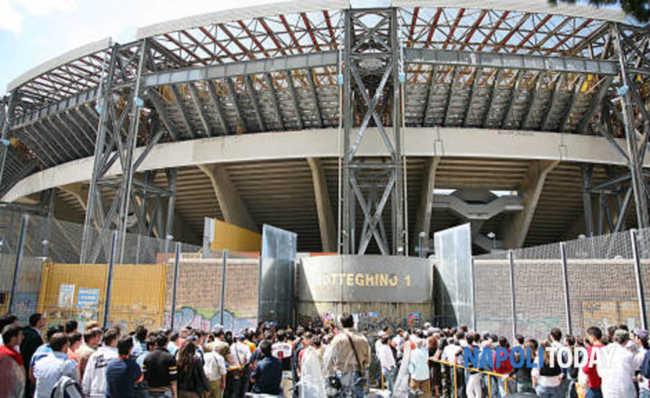"San Paolo: ""Con le stampelle non si entra"", tifoso scoppia in lacrime..."