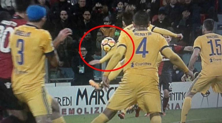 Il Cagliari furioso per il rigore, ricordate cosa accadde con Bernardeschi?