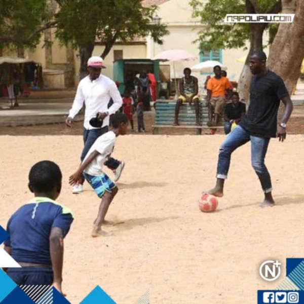 Koulibaly gioca con i bambini in Senegal. La foto fa il giro del web