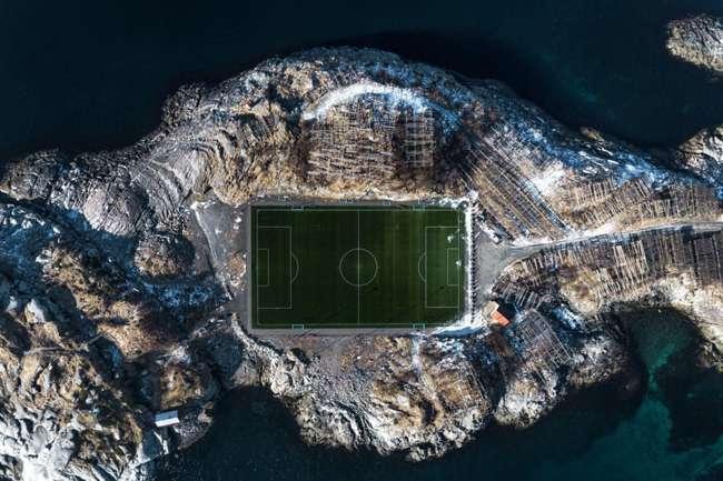 Lo stadio più bello del mondo è l'Henningsvaer Stadion in Norvegia