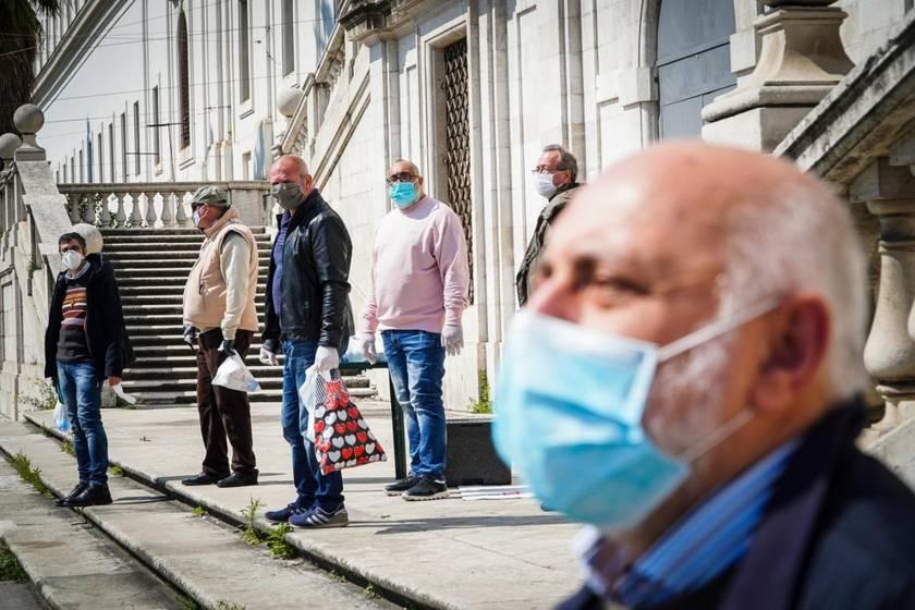 Napoli, Ascierto finisce sul presepe e lancia un messaggio alla popolazione