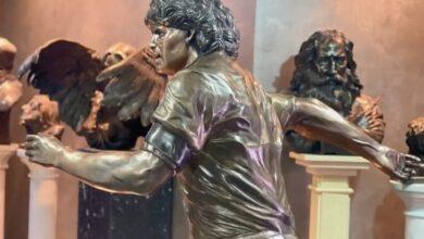 La statua di bronzo di Maradona