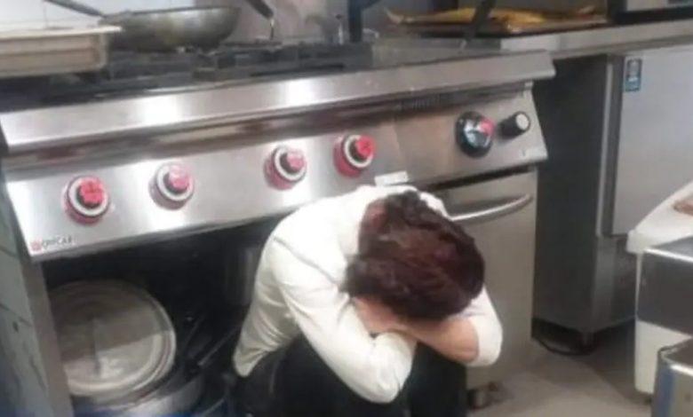 """Zona rossa, la foto del ristoratore fa il giro del web: """"Senza forze, senza più dignità"""""""